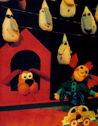 """2. B. Benkovska """"Priča o vodi"""", režija- Bjanka Benkovska, kreacija lutaka- Blagovesta Vasileva, Pozorište lutaka Niš, 2002."""